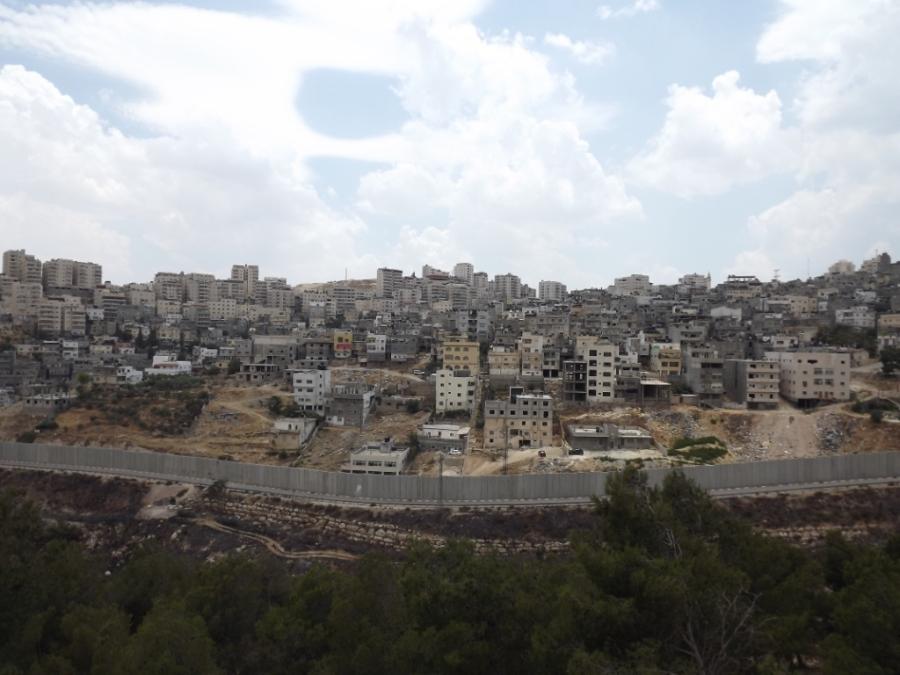 Jerusalém Oriental - campo de refugiados Shuafat, cercado pelo muro.  Foto: Moara Crivelente.